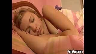 sendo abusada enquanto dormia!