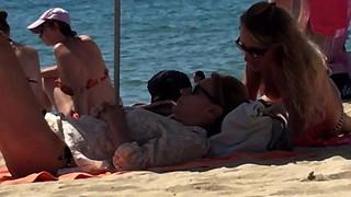 Stripped to the waist en la playa 02