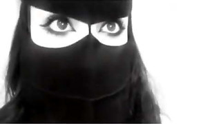 Jeune femme arabe en Hijab avec des yeux super-sexy 2