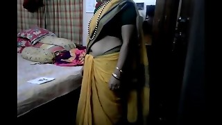 Desi tamil Married aunty unveiling belly button in saree with audio