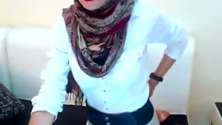 Nearly All beautifull Hijab 2 anyone know her ?