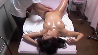 Culo Chinese stunner gets finger-tickled by a skillful massagist
