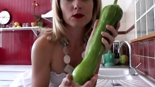 Blondie puts a ample veg in her poon