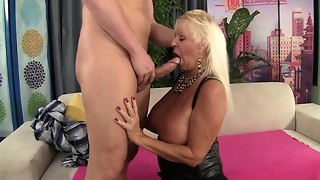 Floppy Jugged Granny Nails a Smooth-shaven Boy