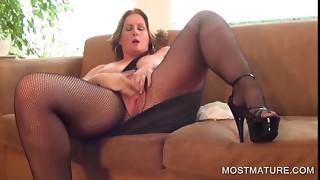 Big-chested mature pleasuring vag on sofa