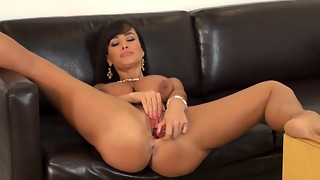 Glamorous mummy with ample globes Lisa Ann jerks on the bed