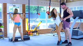 2 fascinating sportswomen perform three-way in the gym